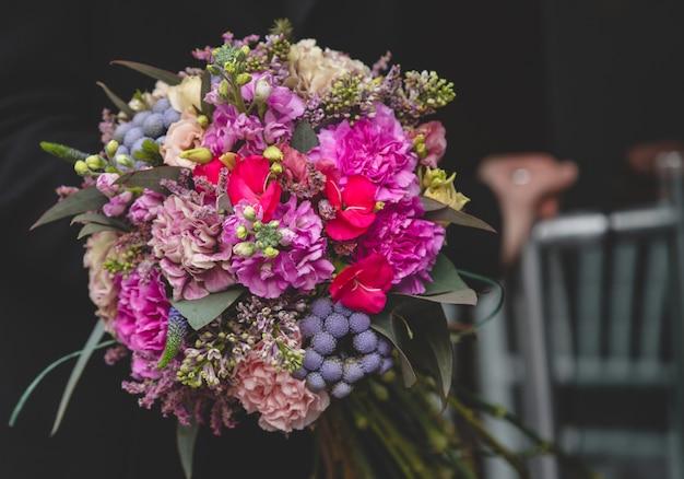 Ramo de flores en un fondo oscuro
