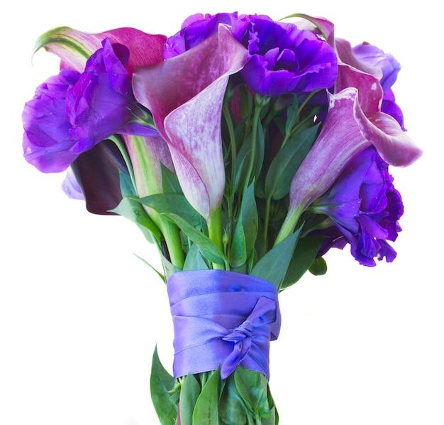 Ramo de flores frescas de calla lilly y eustoma aislado en blanco