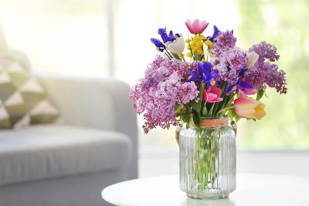 Ramo de flores frescas de primavera en la habitación.