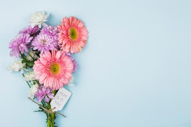 Ramo de flores frescas con título en la etiqueta.