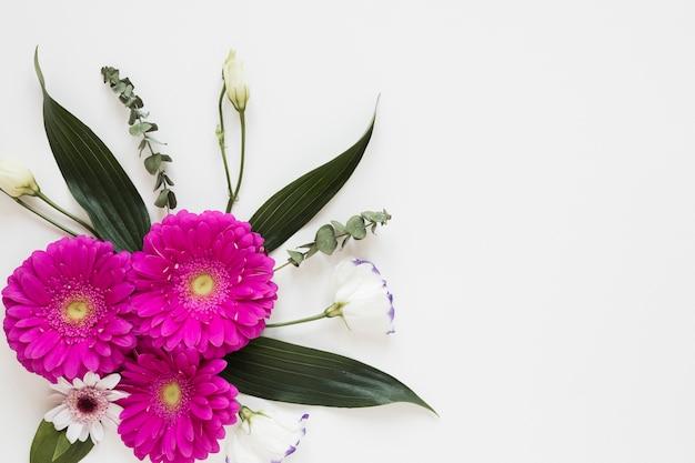 Ramo de flores de gerbera y primavera con espacio de copia