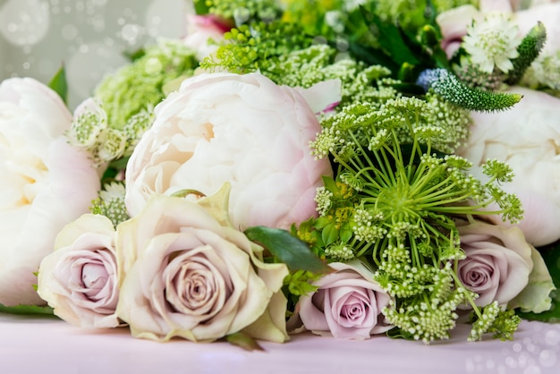 Ramo de flores de grandes peonías y rosas pastel.