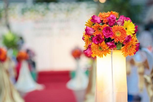 Ramo de flores hermosas decorar en ceremonia de boda