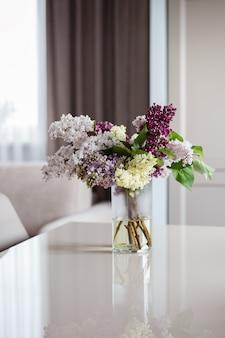 Ramo de flores hermoso, interior brillante