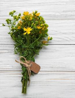 Ramo de flores de hierba de san juan