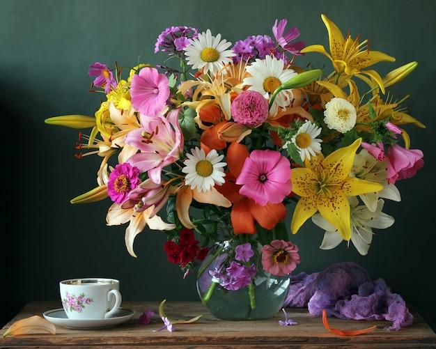 Ramo de flores de jardín y copa en estilo retro