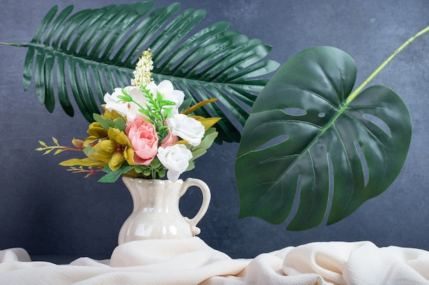 Ramo de flores en jarrón de cerámica