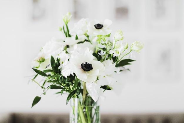 Ramo de flores en jarrón y detalles de decoración del hogar primer plano de diseño de interiores de lujo