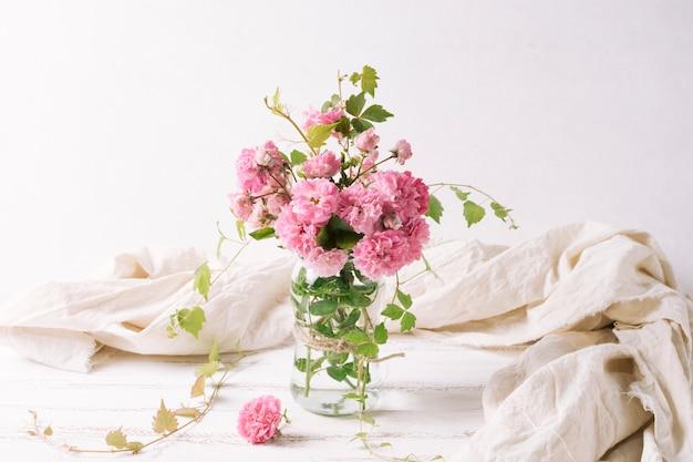 Ramo de flores en jarrón sobre mesa.