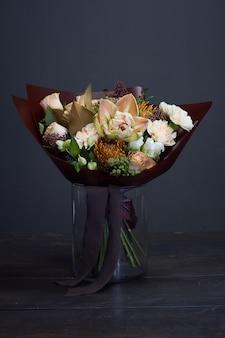 Ramo de flores en un jarrón