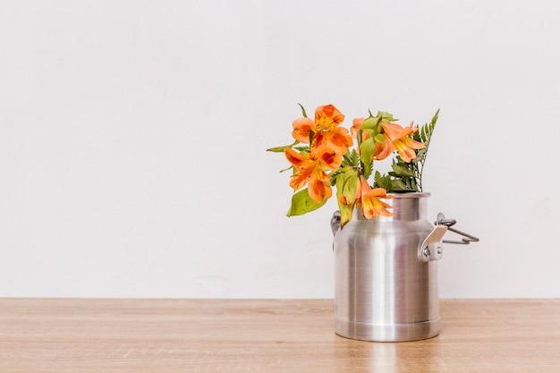Ramo de flores en lata de leche.