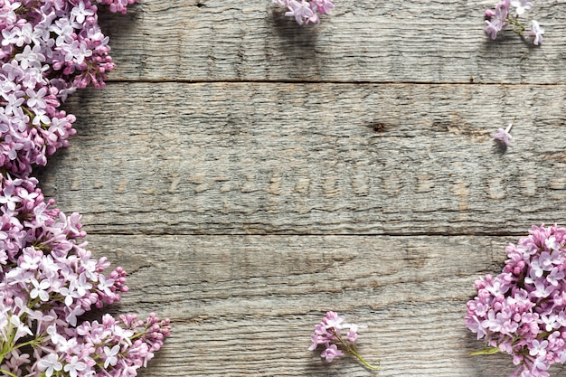 Ramo de flores lilas sobre fondo de madera. copia espacio