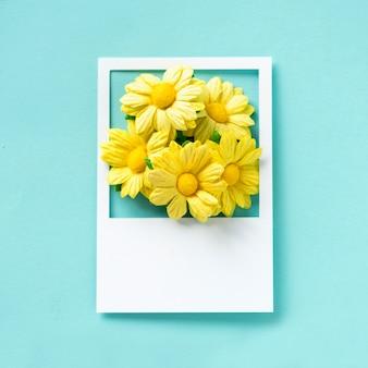 Un ramo de flores en un marco.