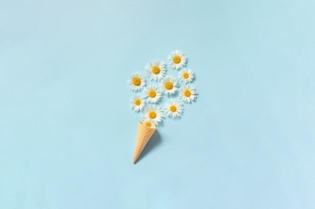 Ramo de flores de margaritas de manzanilla en cono de helado de waffle