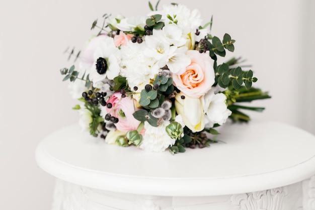 Ramo de flores en mesa