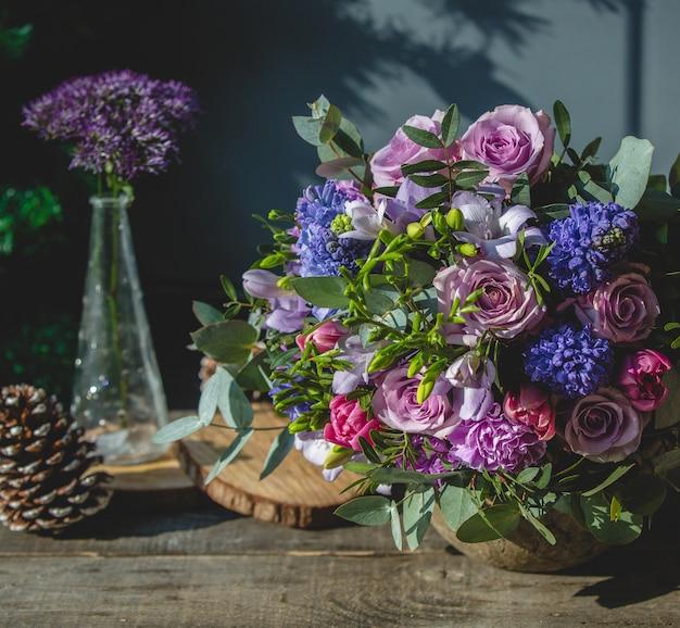 Ramo de flores mixtas en una mesa de madera