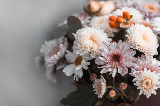 Un ramo de flores mixtas.