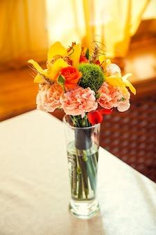 Ramo de flores otoñales decora la mesa festiva del restaurante.