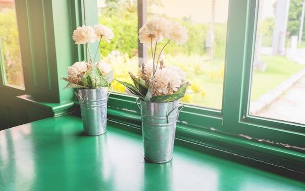 Ramo de flores de otoño en la maceta en las ventanas
