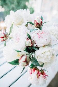 Ramo de flores de peonía blanca y rosa pálido.