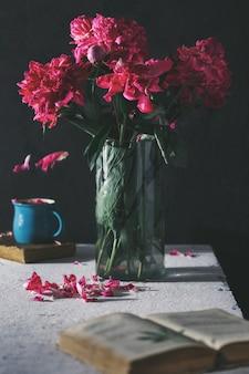 Ramo de flores de peonías en florero