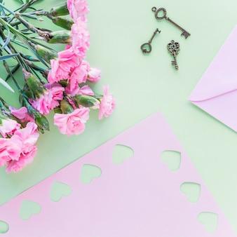 Ramo de flores con pequeñas llaves en mesa.