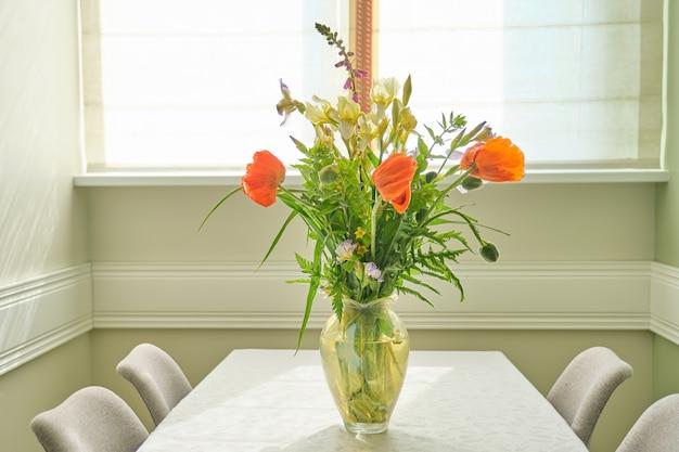 Ramo de flores de primavera verano y amapolas rojas en florero, de pie sobre la mesa en la sala de estar, comedor cerca de la ventana, espacio de copia