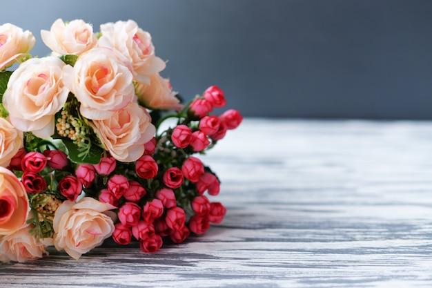 Ramo de flores de rosas y lavanda sobre un fondo de madera para el día de san valentín