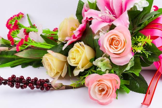 Ramo de flores rosas sobre fondo blanco.