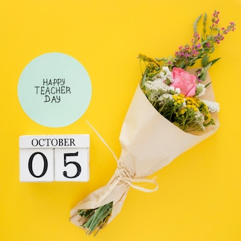 Ramo de flores sobre fondo amarillo