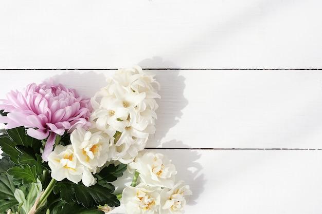 Ramo de flores sobre fondo de madera