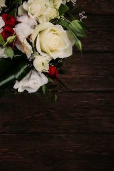 Ramo de flores sobre un fondo de madera