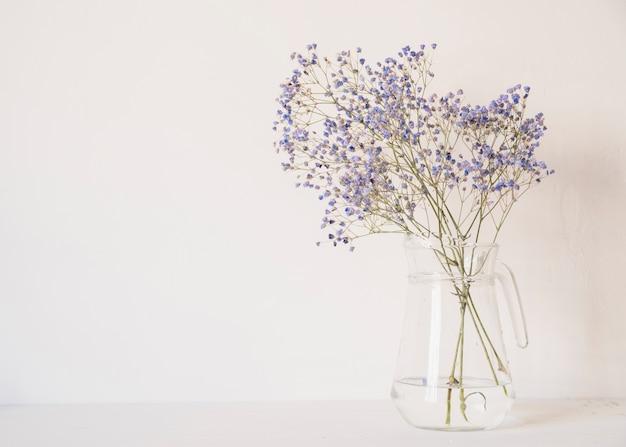 Ramo de flores suaves en florero.