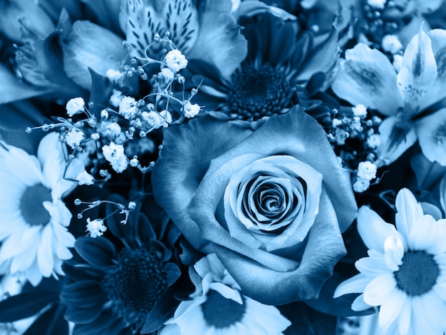 Ramo de flores en tonos azul clásico