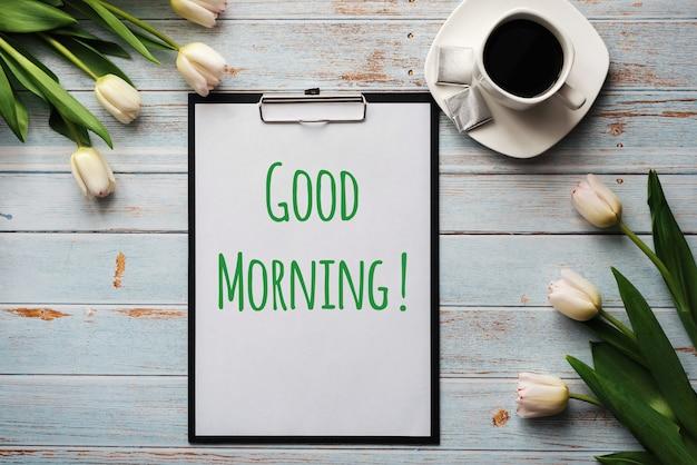 Ramo de flores de tulipán blanco con una taza de café