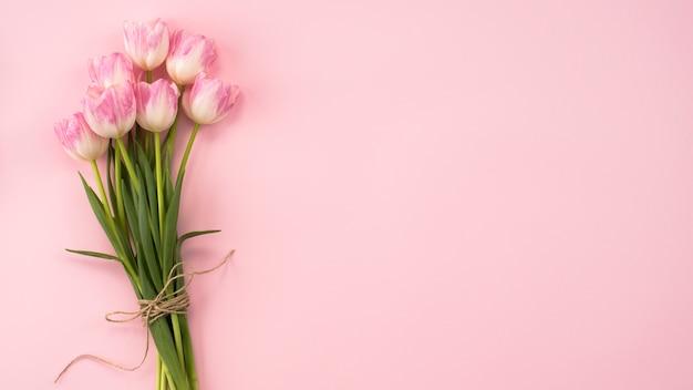 Ramo de flores de tulipán grande en mesa rosa