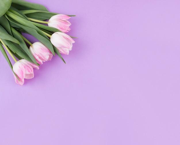 Ramo de flores de tulipán rosa en mesa