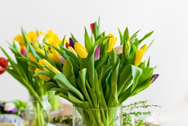Ramo de flores de tulipanes multicolores en un florero de vidrio