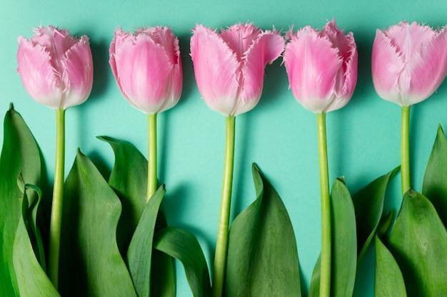 Ramo de flores de tulipanes sobre fondo festivo de color