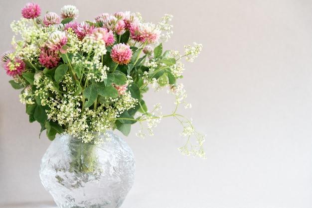Ramo de fondo floral de flores de trébol rosa