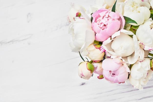 Ramo de fondo de peonía rosa y blanco