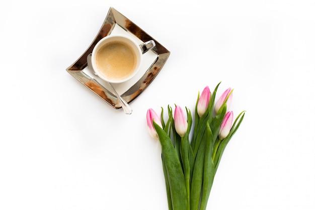 Ramo fresco de tulipanes de primavera