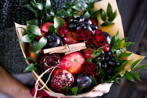Ramo de frutas y rosas.