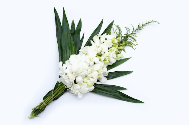 Ramo de hermosas flores de orquídeas blancas aisladas sobre superficie blanca