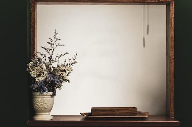 Ramo de hermosas flores de primavera con una tabla de madera vintage blanca