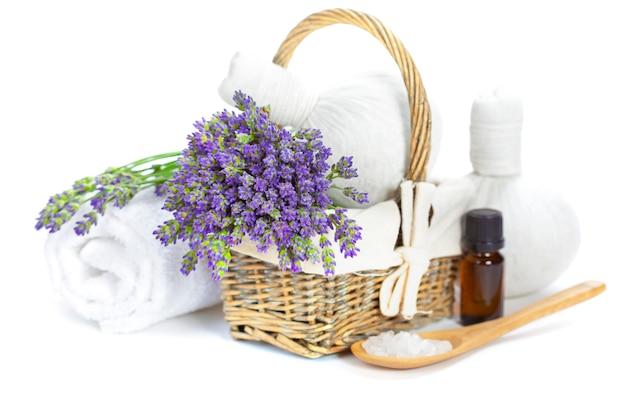 Ramo de lavanda en canasta con elementos de spa