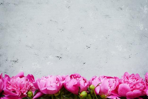 Ramo de muchas peonías de color rosa de cerca
