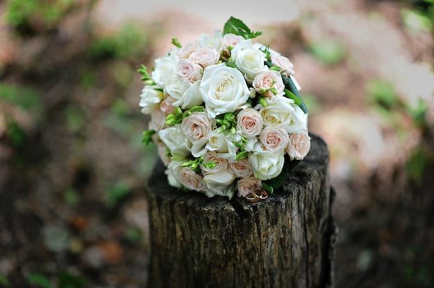 Ramo de novia con anillos de boda en el tocón