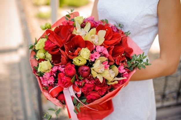 Ramo de novia brillante y hermoso en manos de mujer