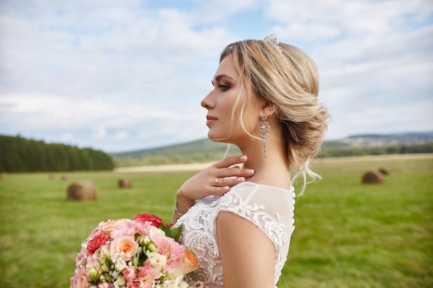 Ramo de novia flores esperando novio antes de la boda